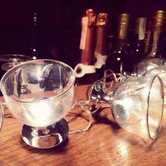 Lichterkette mit Lampenschirmen in Form von Weingläsern